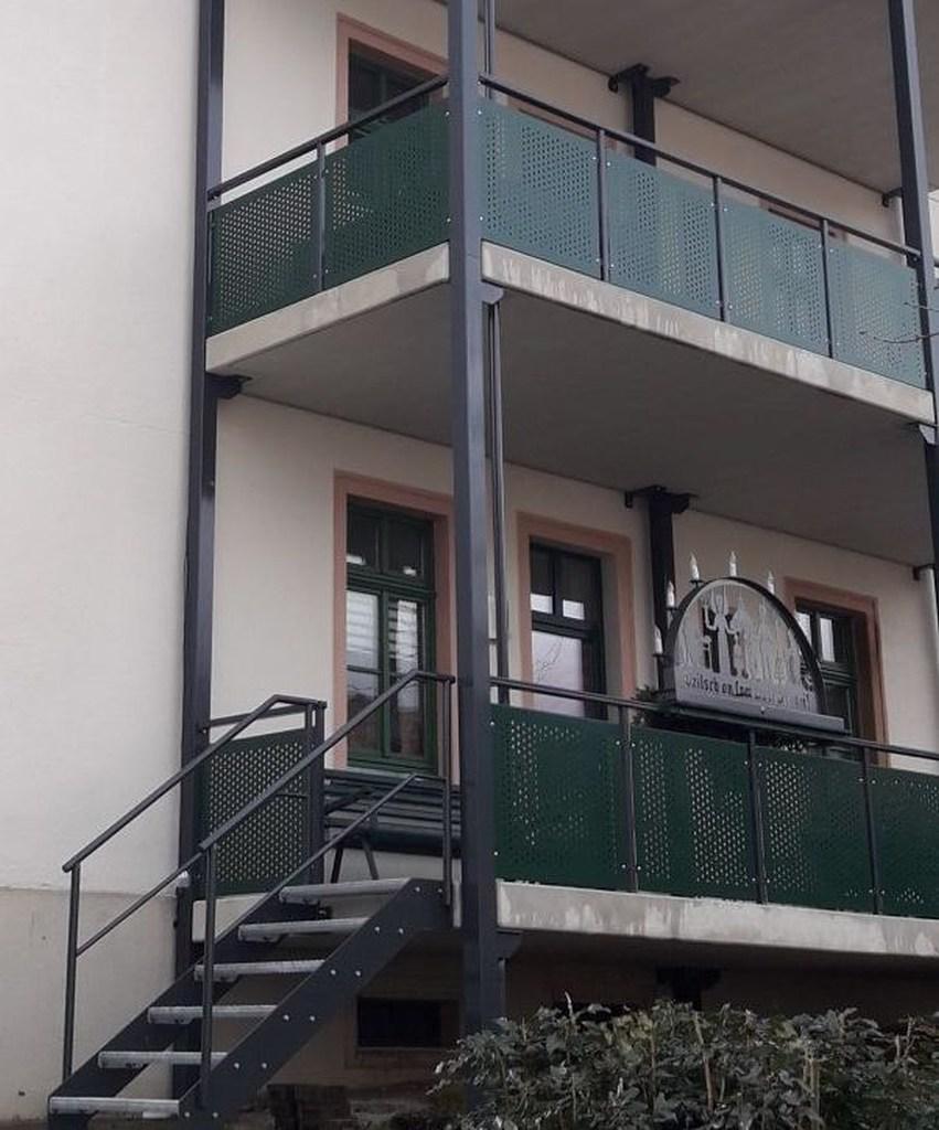 3-balkon-gelaenderfuellung-lochblech